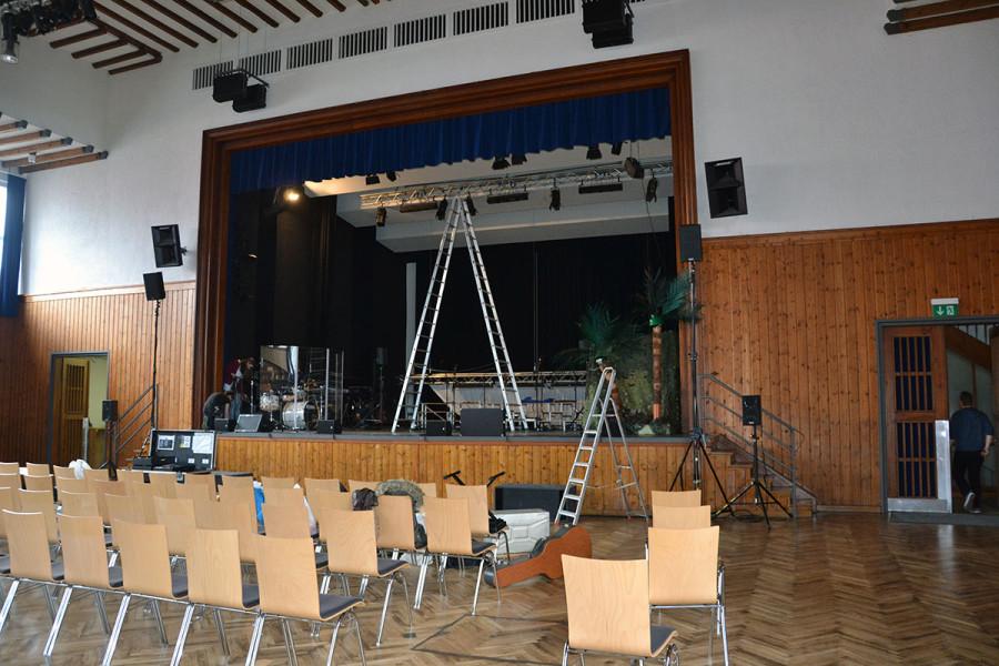 Beschallung über zusätzlich vier Frontfills (FH08) gleichmäßig am Bühnenrand verteilt, da die Front-PA ziemlich hoch angesetzt war. Für die Seitenbereiche vorne noch zwei Sidefills (PS8)