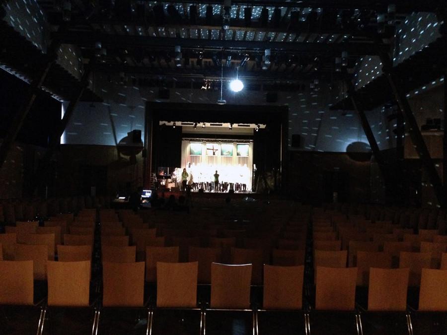 Das Einleuchten in dieser Halle hat großen Spaß gemacht. Von zahlreichen Stufenlinsen, über Movingheads bis hin zur Disko-Kugel war alles vorhanden und der Saal konnte gut abgedunkelt werden.