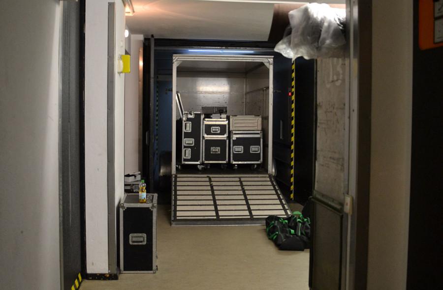 Praktisch: Den ganzen Anhänger in den Aufzug und ab auf Bühnenhöhe. Hat uns unglaublich viel Zeit gespart und war super praktisch!