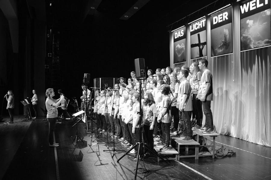 Backstage-Sicht auf das Bühnengeschehen während dem Konzert!