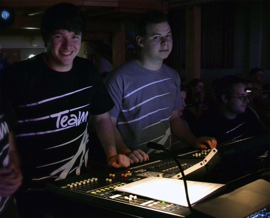 FOH-Team: Mein top Hilfstechniker Joel (rechts) und ich (links) - sowie Lichttechniker Theo (ganz rechts) beim letzten Konzert.